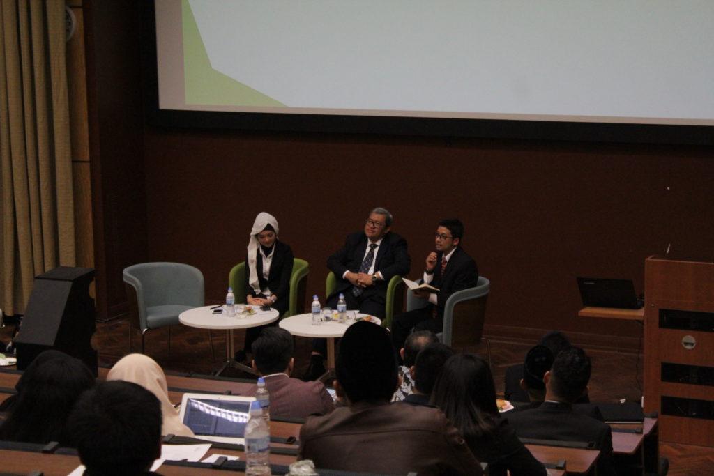 (kiri ke kanan) Maya Rachma selaku moderator sedang memandu sesi tanya jawab bersama partisipan acara Seminar interaktif Strategic Contribution for Indonesia (SCI 2017) bersama Dr. H. Ahmad Heryawan, Lc., M.Si sebagai Gubernur Provinsi Jawa Barat dan Dimas Wisnu Adrianto dari University of Manchester.